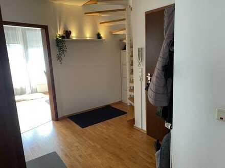 Schöne Maisonette Wohnung in Südlage mit Loggia, eigenem Garten und Garage