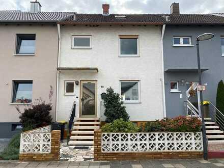 ++ Reihenmittelhaus mit Terrasse, Balkon, Dachterrasse, Garten und Garage ! ++