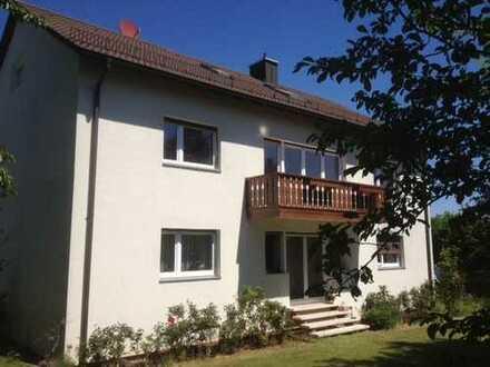 Vollständig renovierte Wohnung mit vier Zimmern und Balkon in Fürth