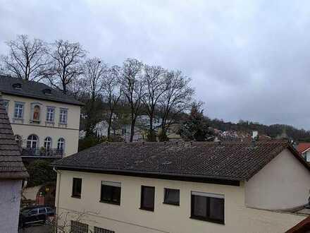 Renovierte Maisonette-Wohnung mit drei Zimmern, Terrasse und EBK - gerne auch als WG -
