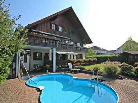 Großes Zweifamilienhaus mit Einliegerwohnung, Garagen und Pool in naturnaher Umgebung