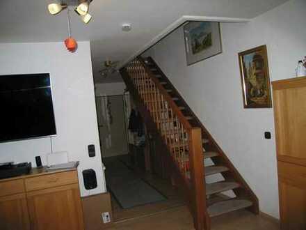Bald beziehbar: Wohnen über zwei Ebenen - Reizvolle 3,5 Zimmer Maisonette mit Südloggia und Garage
