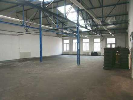 Produktionshalle im historischen Gewerbehof Berlin Reinickendorf mit großem Rolltor
