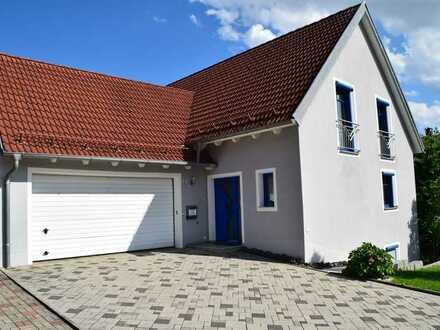 neuwertige Einfamilienhaus mit Einliegerwohnung und schönem Garten mit Doppelgarage top gelegen