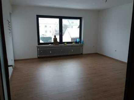 großes helles Zimmer mit Balkon