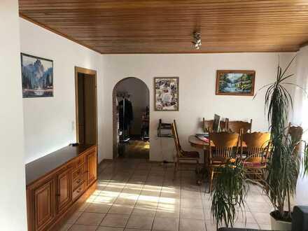 Günstige 3-Zimmer-Wohnung mit Balkon, Garten und EBK in Steinwenden