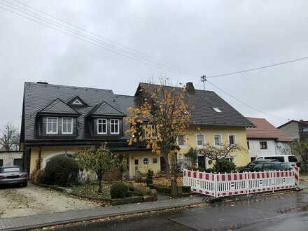 Zwei Wohnhäuser, jeweils mit Garage