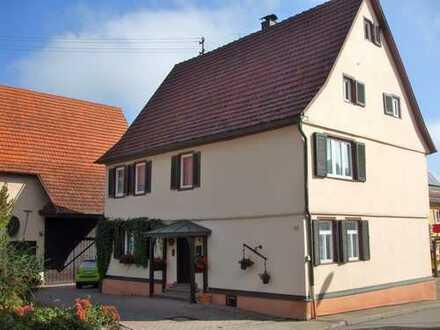Freistehendes Haus mit großer Scheune in zentraler Lage