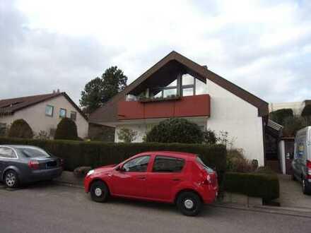 Hauptwohnung eines 2-Familienhauses: 4-Zimmer-EG-Wohnung mit EBK, Garten, Garage