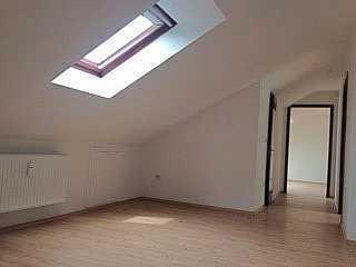 3-Zimmer Dachgeschosswohnung, Tageslichtbad, Küche ohne Einbauküche, Keller in EIL