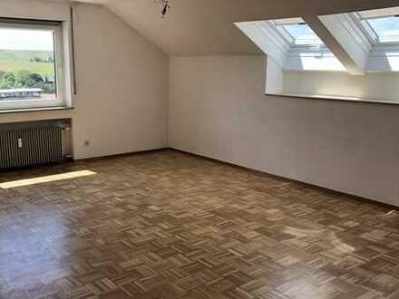 Freundliche 2-Zimmer-DG-Wohnung mit Balkon und Einbauküche in Nordheim