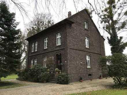Wohnen in ruhiger und historischer Umgebung (Schloß Heltorf) - Erdgeschoßwohnung mit Gartenanteil
