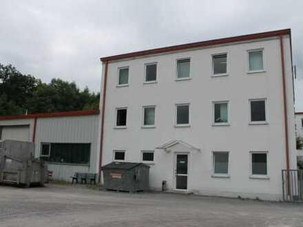 Modernes Bürogebäude mit Hallen und Freifläche
