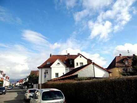 Saniertes Zweifamilienhaus mit Garage und Carport in bester zentraler Lage
