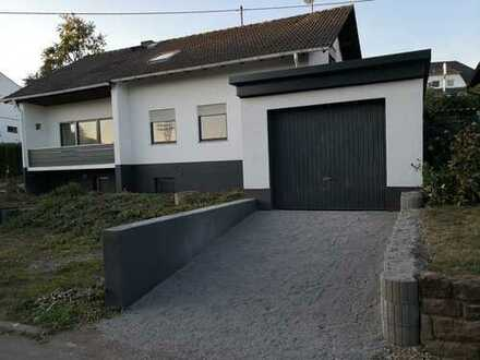 Einfamilienhaus mit Einliegerwohnung und Einzelgarage