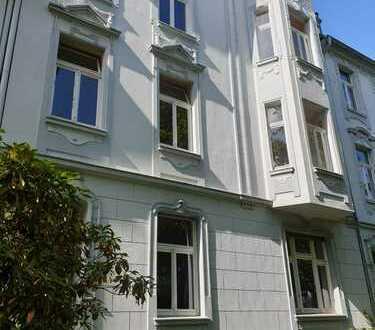 Erstbezug: wunderschöner Altbau in ruhiger, zentraler Lage mit Balkon