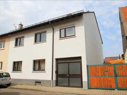 Hier wartet der Garten auf Ihre Kinder! DHH mit viel Potential, Garage und Nebengebäude! Neulussheim