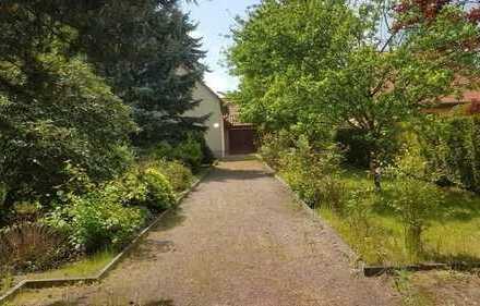 * Großes, sonniges Grundstück mit EFH, 2 Garagen und Zisterne in ruhiger, grüner Lage *