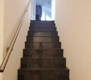 Neu renovierte helle 2 Zi DG Wohnung, ca 70 qm Grundfläche, Einzelgarage