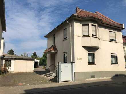 RESERVIERT! Wohnhaus mit Garage und 2 Hallen auf großem Grundstück mit Entwicklungspotential