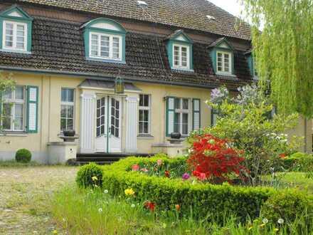 Gutshausensemble mit Gästehaus, weiteren Nebengebäuden und geschmackvoll angelegter Parklandschaft