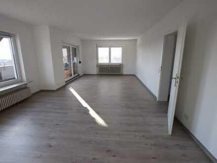 *Frisch renovierte 2-Zimmerwohnung mit großer Terrasse, EBK und TG-Stellplatz!*