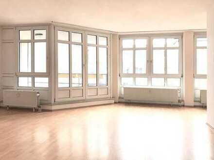 Geräumige, helle 2-Zimmer-Wohnung mit Balkon