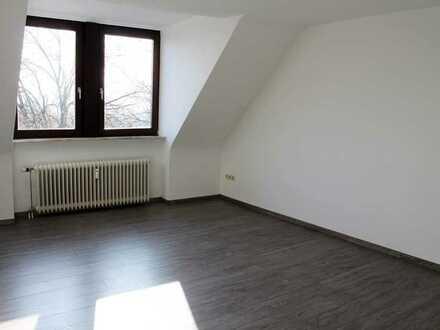 Gepflegte 2 Zimmer Dachgeschoss Wohnung mit Einbauküche