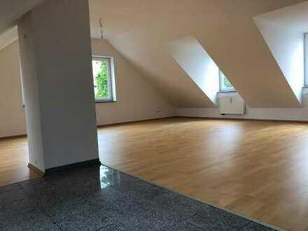 Geräumige 3-Zimmer-Dachgeschoßwohnung sucht ab sofort neue Bewohner.