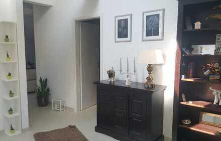 Neuwertige wunderschöne, 2 Zimmer-DG-Wohnung mit EBK in Frankfurt am Main