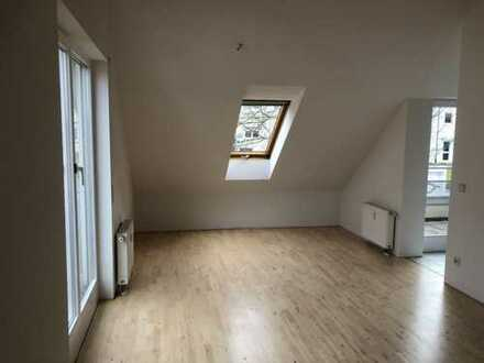 Helle und ruhige 2-Zimmer-DG-Wohnung mit Balkon und Loggia in S-Hofen - Nähe VVS