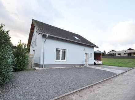 Altrich: Freistehendes Einfamilienhaus mit neuem Außenpool, Jacuzzi, Terrasse und Carport