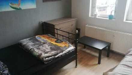 Helles Zimmer (14qm2) in großer 4er WG (130qm2)