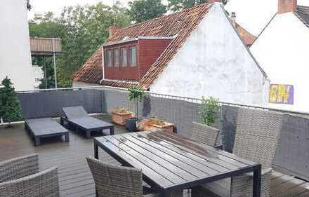 Gut geschnittene, renovierte 2 Zimmer-Altbauwohnung mit Dachterrasse und Einbauküche im Viertel!