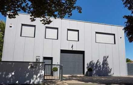 Produktions-/Lagerhalle mit Büro in exponierter Lage!