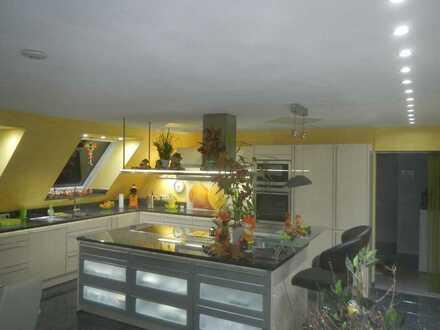 Modernisierte 4-Raum-DG-Wohnung mit Balkon und Einbauküche in Welzheim