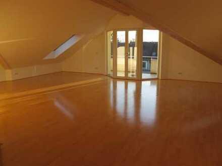 Gröbenzell: Charmante 4-Zi-Dachgeschosswohnung in idyllischer Ortslage
