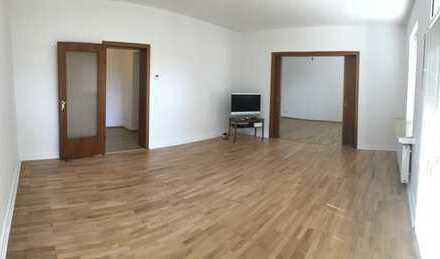 Geräumige Hochparterre Wohnung zzgl. Mansardenzimmer, Garage sowie PKW Abstellplatz