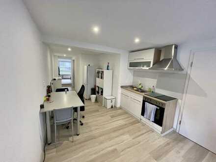 Sanierte ansprechende 2-Zimmer-Wohnung mit Einbauküche und kleiner Terrasse, Garten