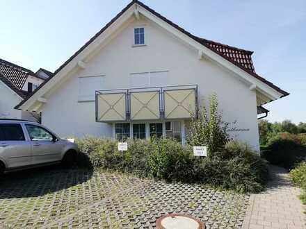 Vollständig renovierte DG-Wohnung mit zwei Zimmern sowie Balkon und Einbauküche in Ratshausen