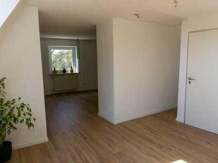 Vollständig renovierte 2-Raum-Dachgeschosswohnung mit neuer Einbauküche und Stellplatz in Schaidt