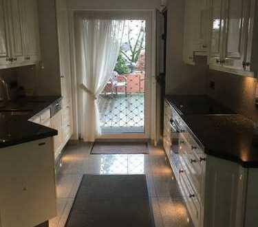 Sanierte 2,5-Zimmer-Hochparterre-Wohnung mit Balkon, Einbauküche, Stellplatz in Remscheid