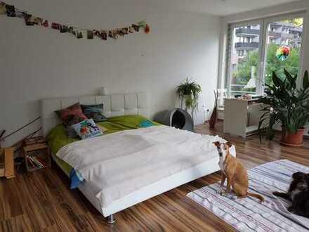 Sehr schönes Zimmer am Wald in großer Wohnung