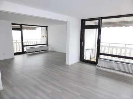Wunderbare Aussicht in heller, gepflegter 3-4 Zimmer-Wohnung mit 2 Balkonen und Garage