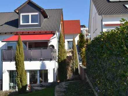 Moderne Doppelhaus-Hälfte mit Wintergarten und Terrasse in ruhiger Lage.
