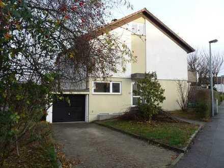Doppelhaushälfte mit Balkon, kleinem Garten, Garage in zentraler ruhiger Lage in Bissingen