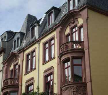 Stilvolle, geräumige und sanierte 2-Zimmer-Wohnung mit Balkon und EBK in Frankfurt am Main