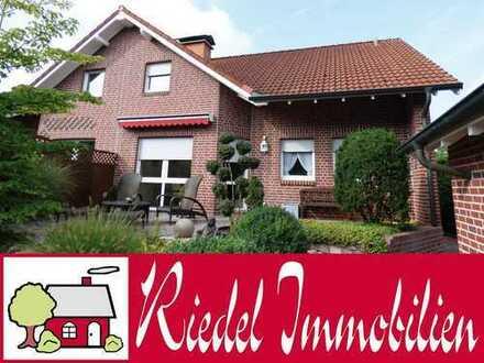 Schicke Doppelhaushälfte mit Koiteich in ruhiger Lage!