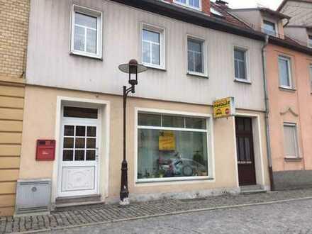 Büro mit großen Schaufenster am Pößnecker Stadtzentrum zu vermieten.