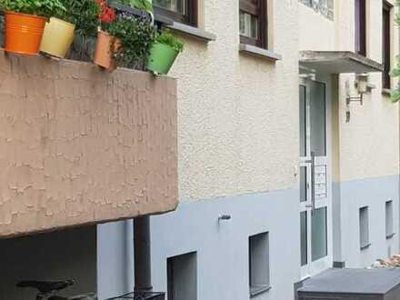 Renovierte 3/12 Zimmerwohnung mit großem Gartenanteil !!